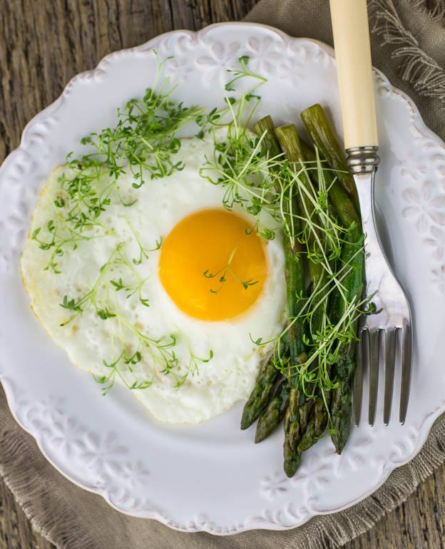 Jajko sadzone i szparagi. Mniam - Dietomat.pl